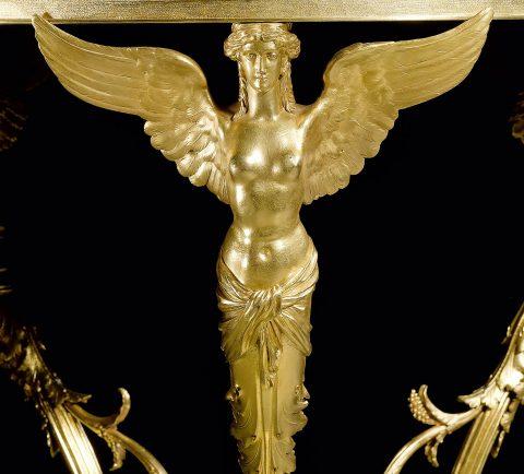 Vergoldeter Bronzetisch mit Platten aus Lapislazuli, Detailabbildung einer Bronzefigur, Kunsthandel Mühlbauer