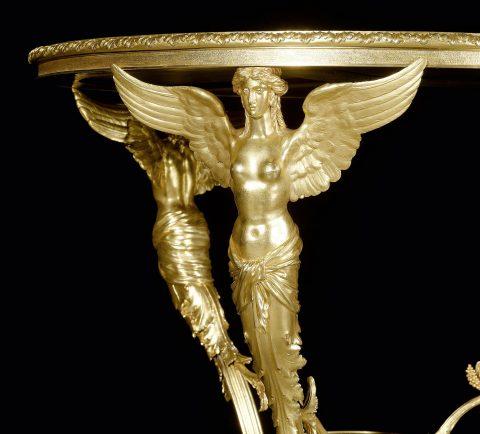 Vergoldeter Bronzetisch mit Platten aus Lapislazuli, Detailabbildung der Bronzefiguren, Kunsthandel Mühlbauer