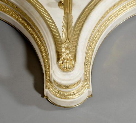 Detailabbildung des Carrara-Marmorsockels des vergoldeten Bronzetisches, Aufsicht, Kunsthandel Mühlbauer