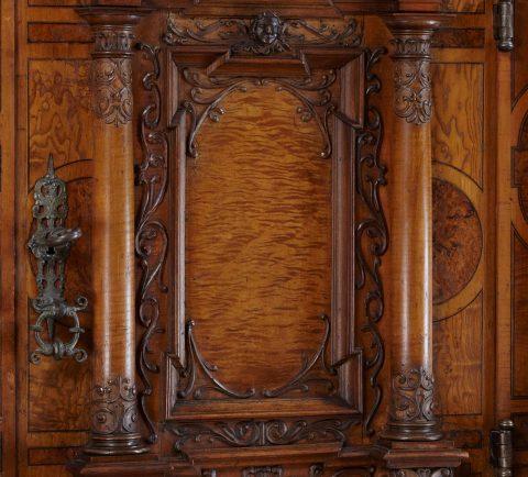 Doppelgeschössiger Fassadenschrank, Detail Tür, Kunsthandel Mühlbauer
