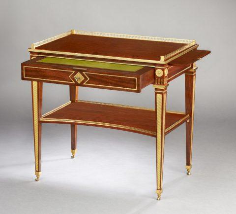 David Roentgen, Klassizistischer Schreibtisch mit Galerie und Tablaren, Kunsthandel Mühlbauer