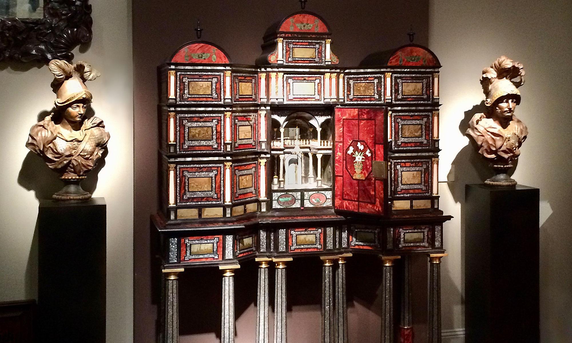 Messeimpressionen, Kabinettschrank, Kunsthandel Mühlbauer
