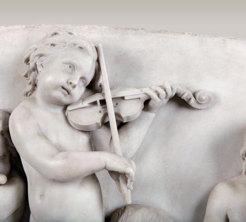 Josef Dressel, Detail geigespielender Putto, Marmorrelief Puttenreigen, Kunsthandel Mühlbauer