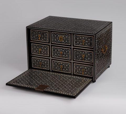 geöffnetes indo-portugiesisches Tisch-Kabinett, Kunsthandel Mühlbauer
