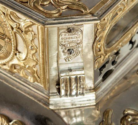 Prunktruhe mit Uhrwerk gefertigt für Fridericus Rex zu Preussen, Signatur und Datierung, Kunsthandel Mühlbauer