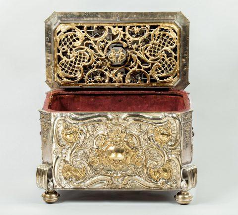 Prunktruhe mit Uhrwerk gefertigt für Fridericus Rex zu Preussen, Truhe geöffnet, Bick auf Samt,Kunsthandel Mühlbauer